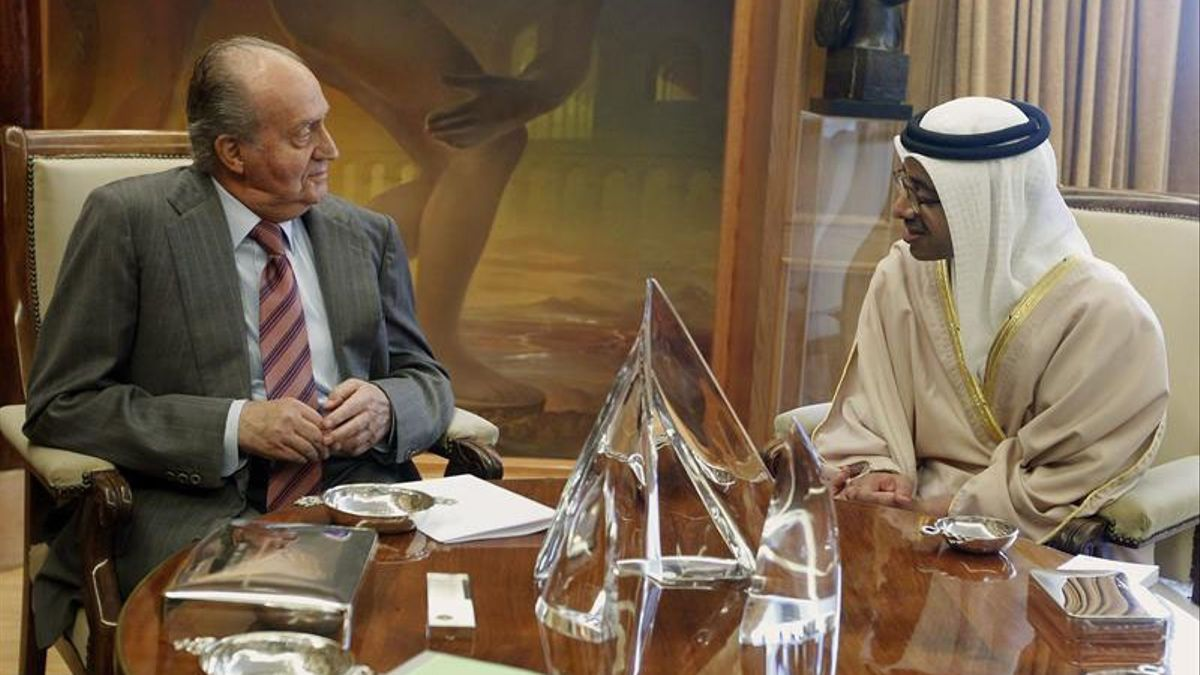 El Rey Juan Carlos, con un ministro de Emiratos Árabes en 2012 POOL - Archivo