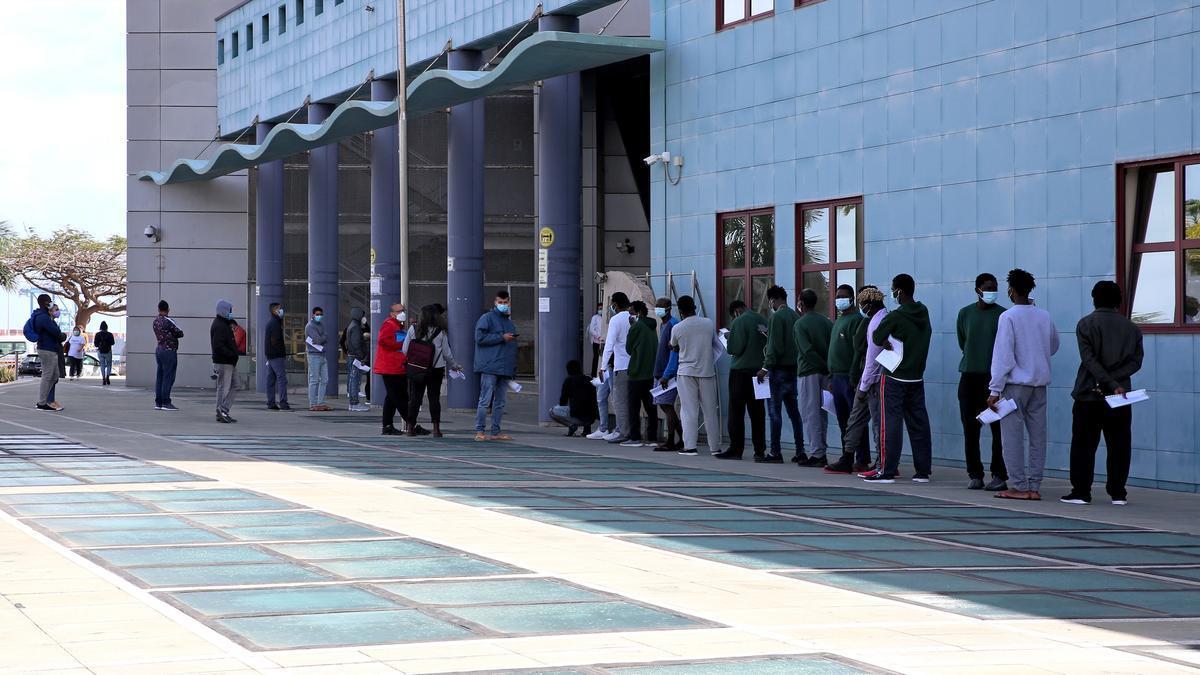 Más de una decena de personas hace fila en la Jefatura Superior de Policía de Las Palmas de Gran Canaria para tramitar su solicitud de protección internacional