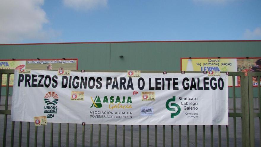 Protesta ante una factoría lechera en Lugo / Sindicato Labrego Galego