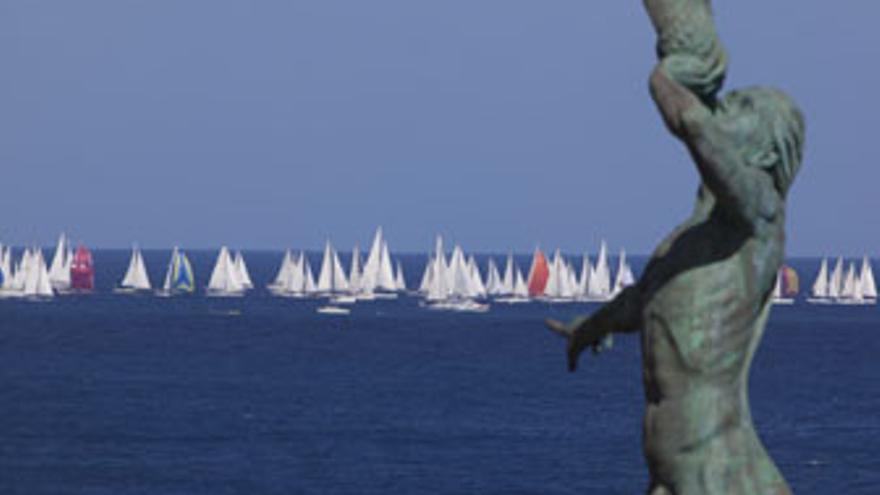 Parte de la flota, a su paso por El Tritón de La Laja. (QUIQUE CURBELO / ACN)