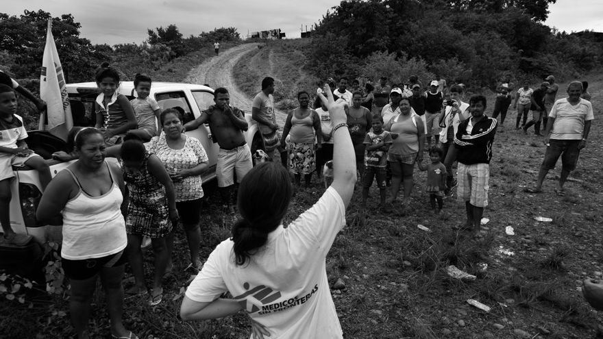 Cristina Buxeres, logista de Médicos Sin Fronteras (MSF), organiza junto a miembros de las 52 familias beneficiarias, la distribución de kits de higiene y  utensilios de cocina en el refugio de Alto de Portete, provincia de Esmeraldas. Fotografía: Albert Masias/MSF