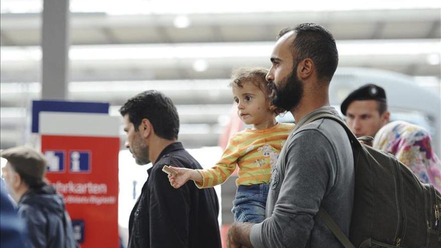 Un grupo de refugiados espera un tren en la estación de Múnich, Alemania, el 8 de septiembre del 2015. / Efe.