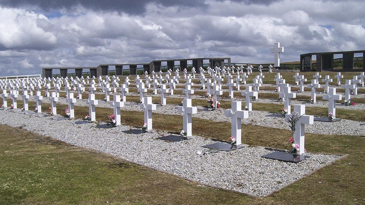 Se exhumaron restos humanos que estaban en una sola tumba, conocida como C.1.10, en el Cementerio de Darwin, de las Islas Malvinas.