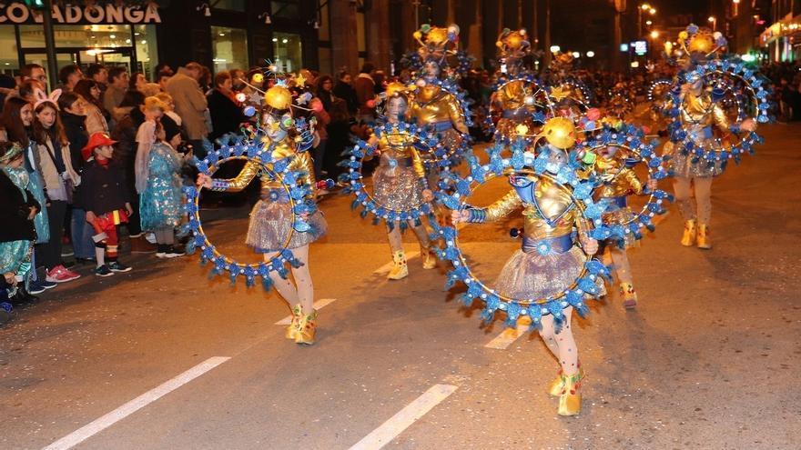Miles de personas asisten al desfile de carnaval