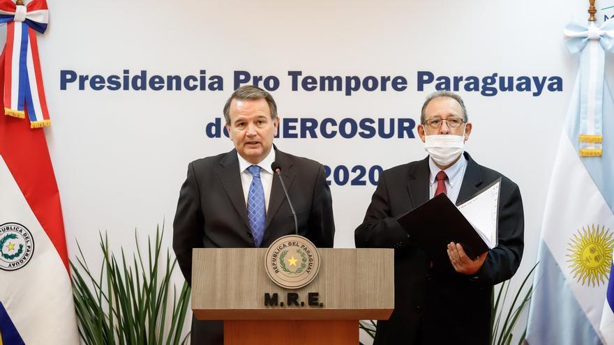 El viceministro de Relaciones Exteriores de Paraguay José Antonio Dos Santos (i) habla junto al viceministro de Relaciones Económicas de Paraguay, Didier Olmedo, durante una rueda de prensa este miércoles al finalizar la reunión virtual entre autoridades del Consejo de Mercado Común (CMC).