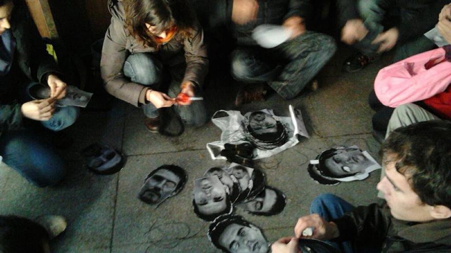 Preparació de màscares de víctimes de bales de goma per la columna antirepressiva / @okokitsme