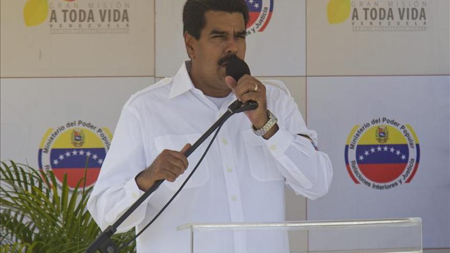 """Maduro pide a venezolanos no comprar periódicos que defienden a """"burguesía"""""""
