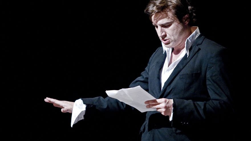 Alberto San Juan interpretando su obra 'Autorretrato de un joven capitalista español'