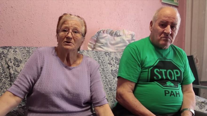 María y Jorge tuvieron que dar su casa al banco por avalar la deuda de una hija./ PAH Barcelona.
