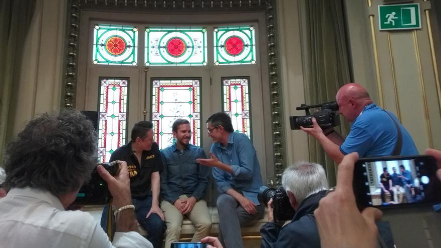 Fermin Muguruza, Alfonso Zapico y Eduardo Madina en la presentación de 'Los puentes de Moscú' en Bilbao