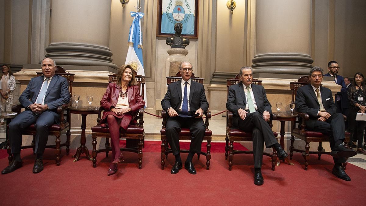 Los ministros de la Corte deberán fallar sobre el decreto de Fernández y su constitucionalidad.