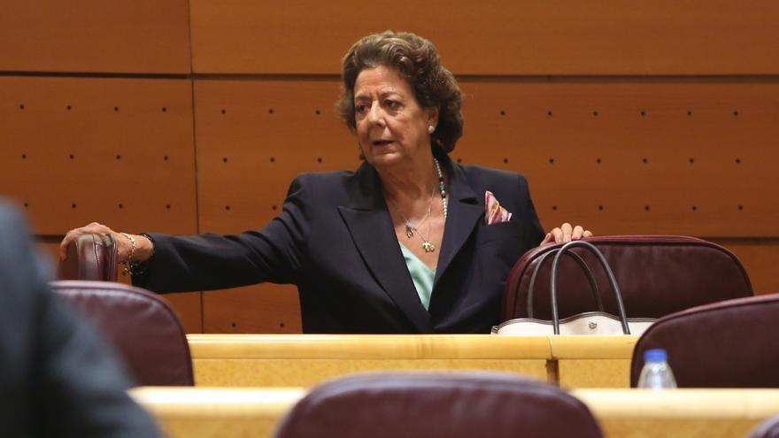 La senadora asturiana de Foro coloca un ramo de rosas amarillas y rojas en el escaño vacío de Barberá en el Senado