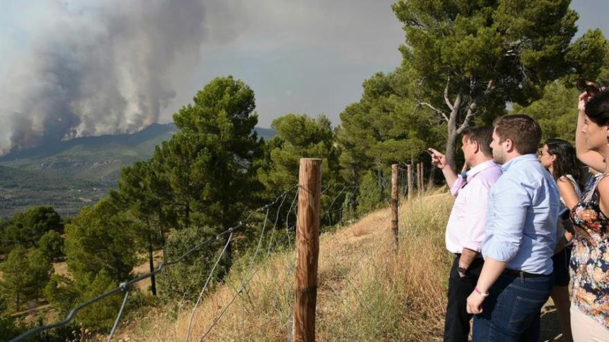 Se incorporan los medios aéreos a las labores de extinción del incendio de Yeste