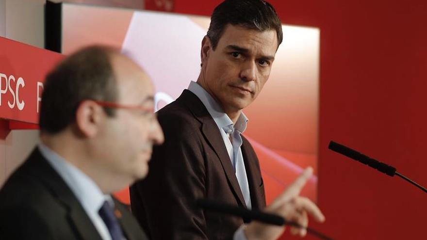 Pedro Sánchez mira a Miquel Iceta durante la rueda de prensa conjunta tras el 21D.