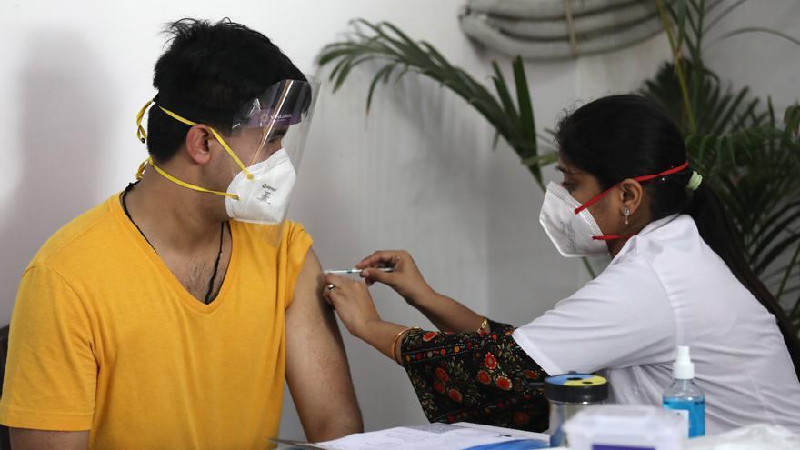 Un hombre es vacunado contra la covid-19 en Nueva Delhi, India.