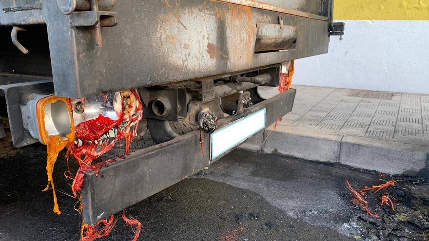 En la imagen, el camión afectado por las llamas.