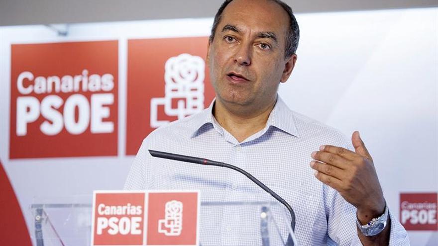 El secretario de Organización del PSC-PSOE, Julio Cruz, durante la rueda de prensa en la que ha informado del transcurso de las elecciones en el PSOE hasta las 17:30 de la tarde.EFE/Ramón de la Rocha.