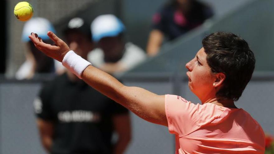La tenista española Carla Suárez saca ante la alemana Sabine Lisicki, durante el partido correspondiente a la segunda ronda del torneo de tenis de Madrid que se disputa en la Caja Mágica. EFE/J. J. Guillén