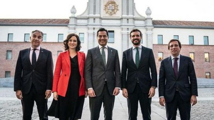Díaz Ayuso, escoltada por el consejero de la Presidencia y el presidente andaluces, Elías Bendodo y Juanma Moreno, con Pablo Casado y Martínez Almeida.