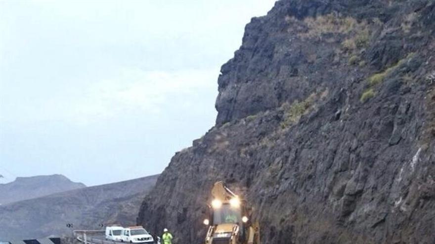 Fotografía facilitada por el Cabildo de Gran Canaria de los trabajos de reparación en el lugar donde un desprendimiento de rocas, el más grave en cinco años, ha bloqueado este martes durante horas la carretera que comunica las localidades de La Aldea de San Nicolás y Agaete por la costa noroeste de Gran Canaria. EFE/-