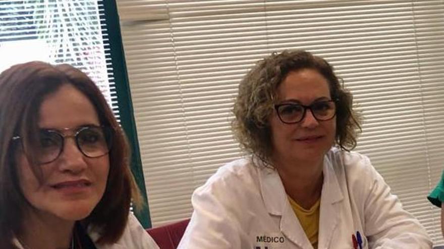 Mercedes Coello (d) y la directora médica, Diheva Fernández Luzua, en una imagen de archivo.
