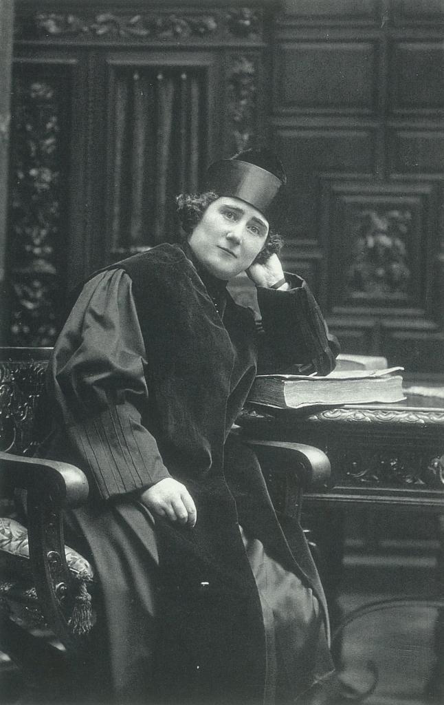 Clara Campoamor, vestida como abogada