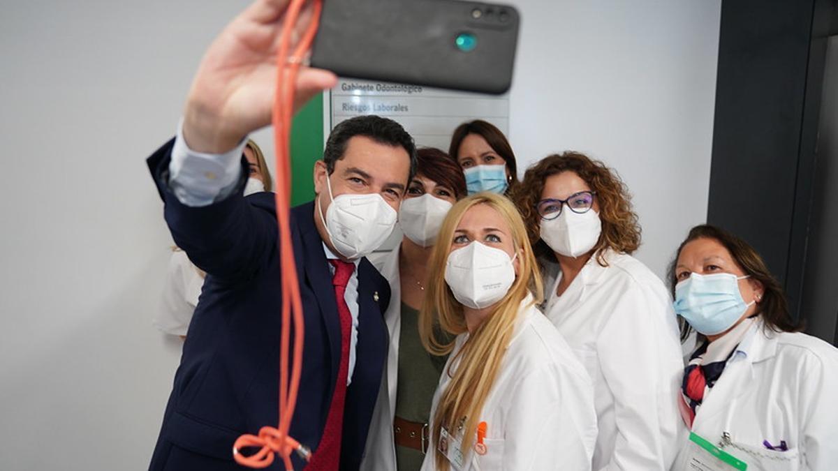 El presidente andaluz, Juan Manuel Moreno, se hace un selfie con enfermeras en la inauguración del centro de salud Casa del Mar, en Almería.