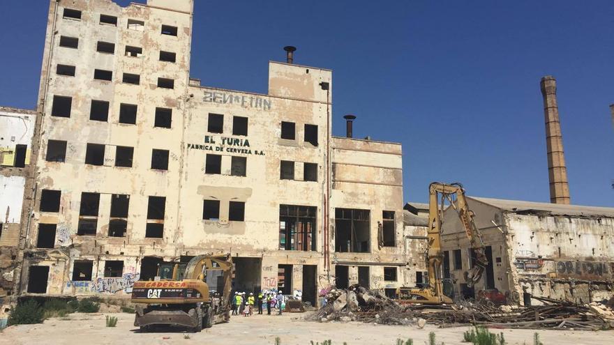 La parte trasera de la fábrica con las máquinas preparadas para la demolición
