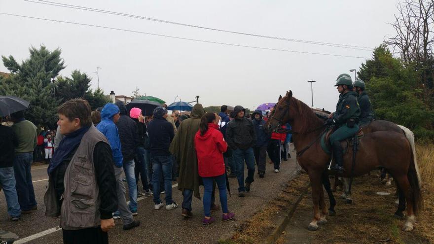 Los antitaurinos salen de Tordesillas custodiados por agentes.