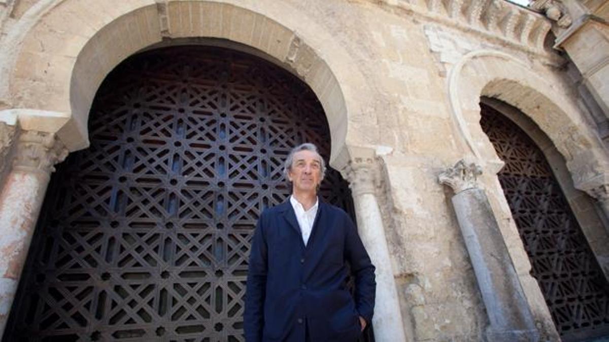 Rafael De La-Hoz, junto a la celosía de la Mezquita que diseñó su padre