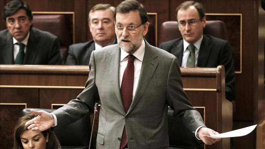 """Rajoy critica el """"papelón"""" de Rubalcaba, que le advierte que no es impune"""
