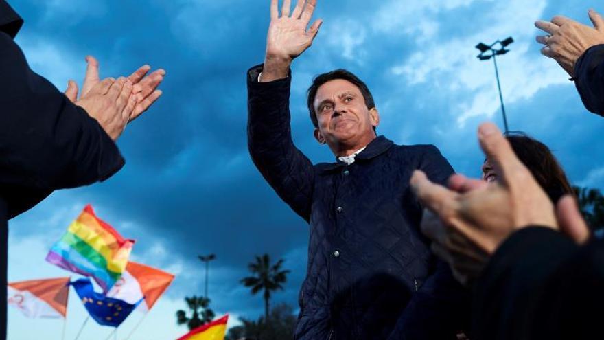 """Valls se declara """"muy emocionado"""" por votar por primera en España"""