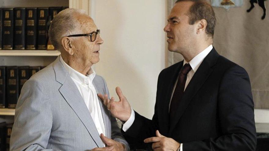 El escultor Martín Chirino (i) y el alcalde de Las Palmas de Gran Canaria, Augusto Hidalgo (d), conversan en Madrid. (Efe/Juan Martínez Espinosa).
