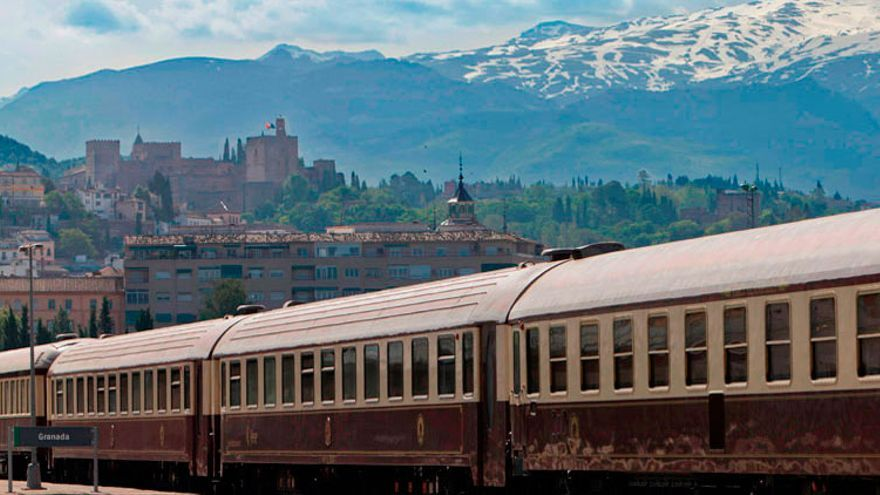 El tren Al-Ándalus en su paso por Granada