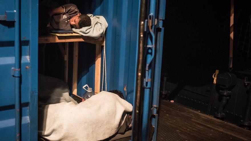 Rescatados duermen en el Alan Kurdi.