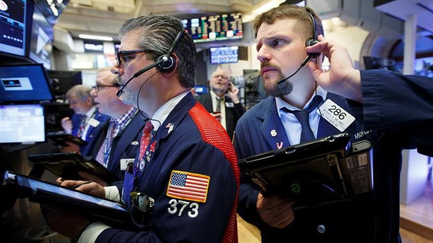 Wall Street se mantiene al alza a media sesión, con el Nasdaq tocando récord