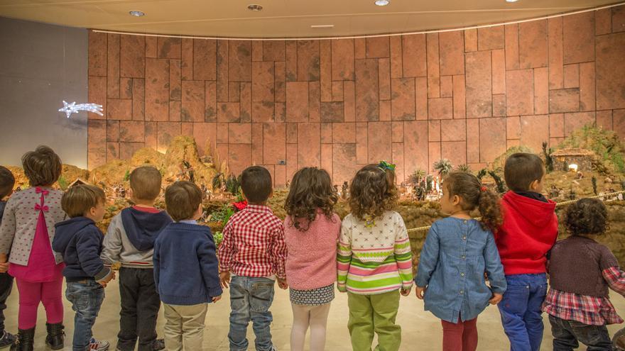 Niños mirando el belén