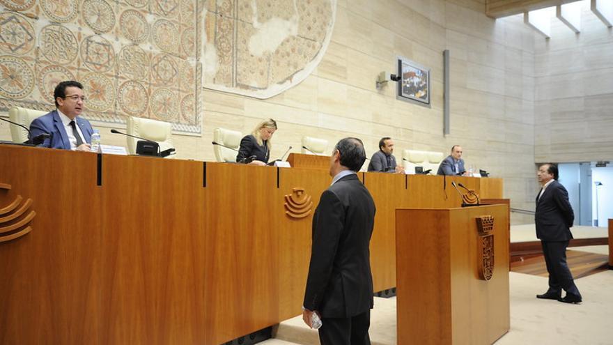Vara Asamblea Extremadura pleno distancia seguridad