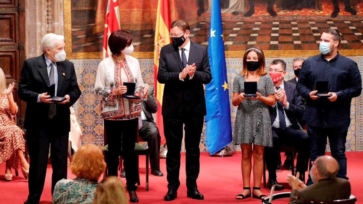 El presidente del Consell, Ximo Puig, con los premiados en el acto institucional del 9 de Octubre.