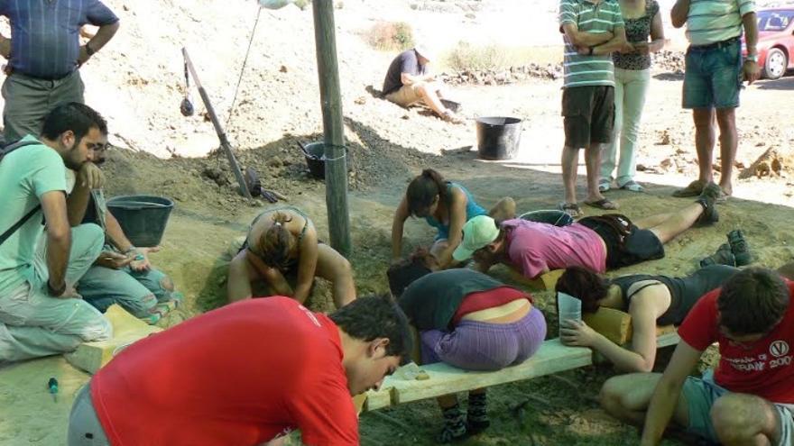 Campo de trabajo, excavando la fosa de Escurial (2009) / Foto: ARMHEx