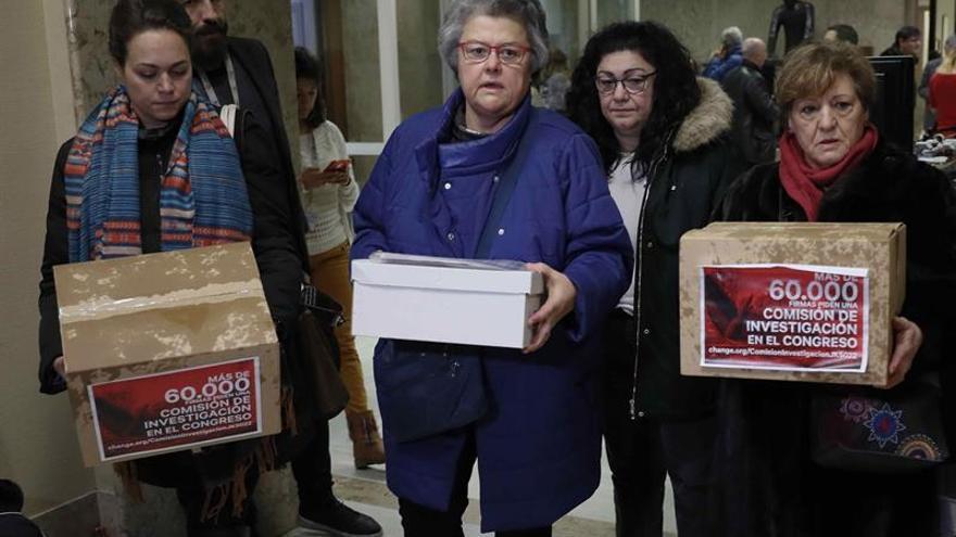 La Presidenta de los Asociación de Afectados del Vuelo JK5022, Pilar Vera (2i), la portavoz de Podemos en Canarias y diputada por Las Palmas, Carmen Valido (2d), y las representantes, Henar Guerrero (i) y Josefa Murillo (d)