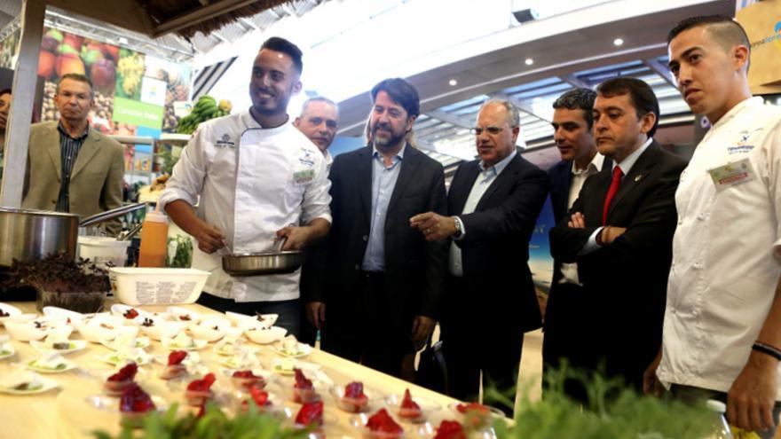 Las autoridades recorrieron el salón tras la inauguración de Gastrocanarias / Cabildo de Tenerife