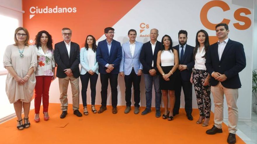 Los líderes nacionales de Ciudadanos posan con Juan Marín y los cabezas de lista provinciales de Andalucía