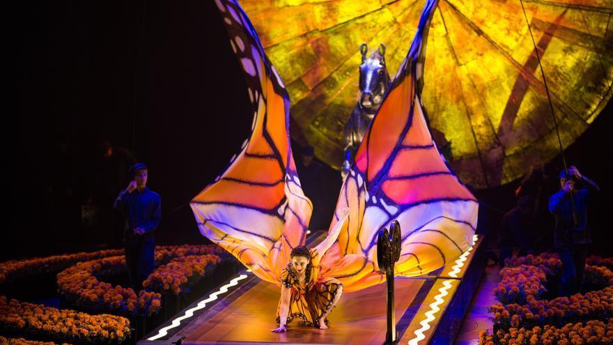 Una mujer despliega las alas de mariposa en Luzia, el espectáculo del Circo del Sol que llega este verano a Gran Canaria.