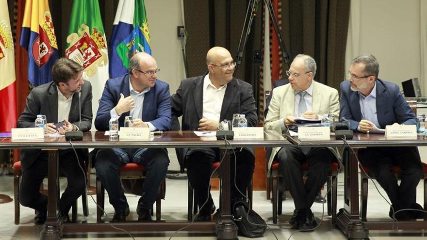 La Comisión General de Cabildos Insulares del Parlamento de Canarias se reunió hoy para analizar las memorias de la corporación insular tinerfeña sobre los servicios transferidos en 2013 y 2014, y de la corporación insular gomera acerca de los servicios transferidos en 2014