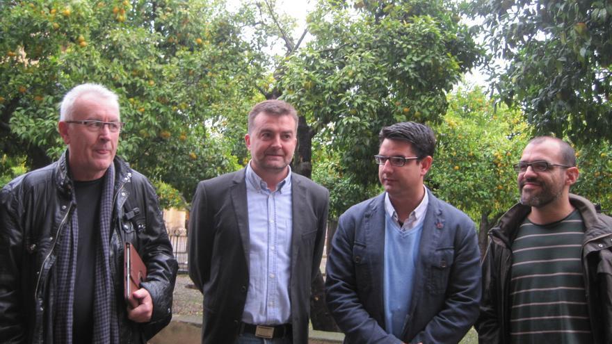 El candidato de IU a la Alcaldía de Córdoba, Pedro García (tercero por la izqda.) junto a Lara, Maíllo y Mariscal.