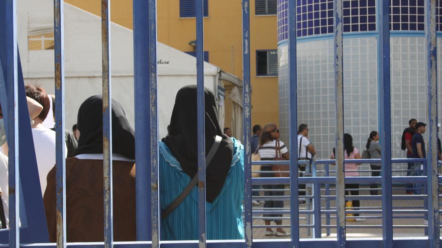 Visitas hacen cola en el interior de las instalaciones para encontrarse con los internos del CIE de Aluche, en Madrid. Foto: E. C.