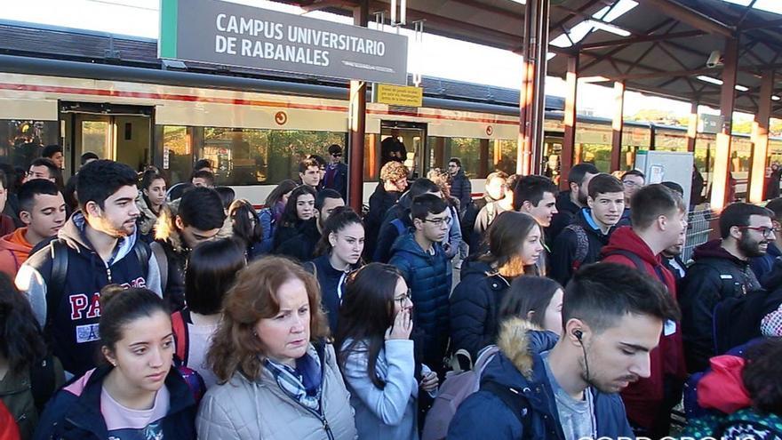 Aglomeración de usuarios en la estación del Campus de Rabanales   MADERO CUBERO