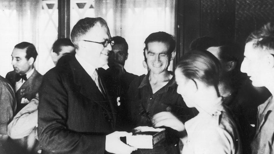 El polític republicà i diplomàtic Julio Álvarez del Vayo, condecora soldats republicans.
