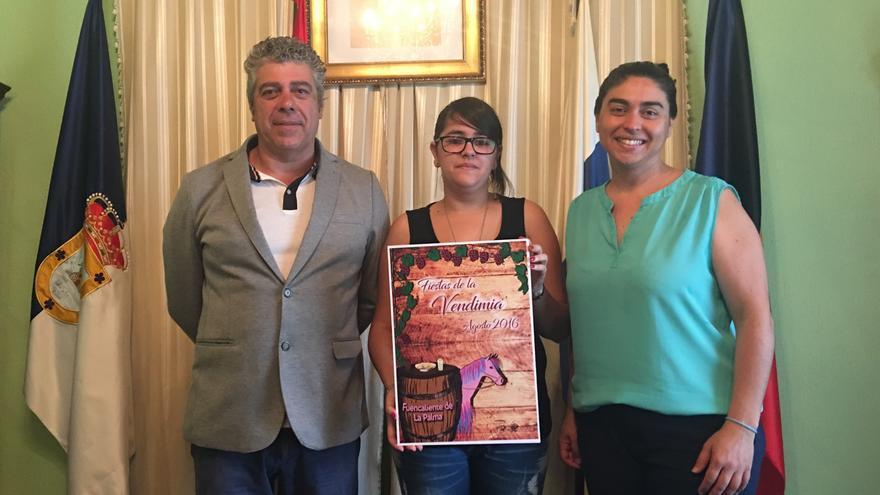 Anjara María Cruz muestra la obra ganadora.